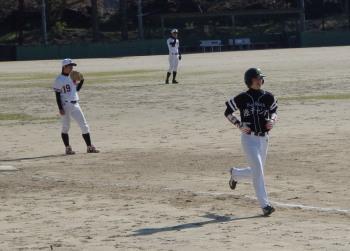 P40602134回表Big連チャンず麻生が右中間へ先制本塁打を放つ