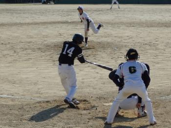 P4060237中川新1死二塁から中前打を放ち3対1と引き離す