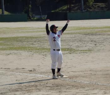P4060203左越え三塁打を放ち三塁でガッツポーズのナイツ富丘