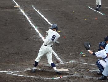 P42100224回裏鹿実2死三塁から7番は遊飛、これを落球、その間三走が生還し1点先制
