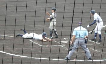P42100781回表上智福岡2死一、二塁から二走が三盗、捕が三塁へ悪送球、二走がそのままホームインし1点先制