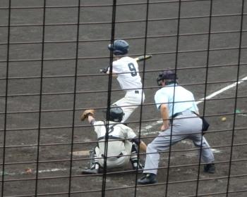 P4210095上智福岡2回表2死二、三塁から1番が中前2点打を放ち3対0とる