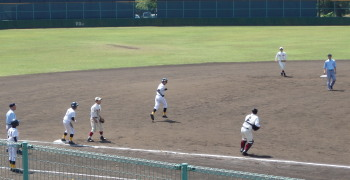 P4230044津久見6回表1死二、三塁から5番の時三走飛び出し、三本間に挟まれるも三塁へ帰塁するも、二走が二、三間で挟殺される