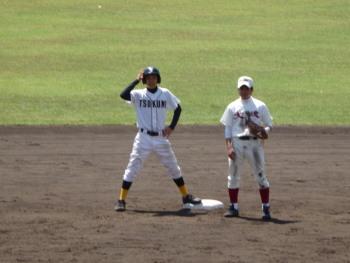 P4230047津久見8回表先頭バッターが左翼線二塁打を放つ