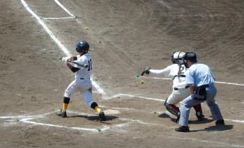 P4230051一三塁から次の打者は浅い右飛、一走飛び出しており一塁へ送球併殺