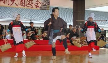 P5060573城彩苑のステージにて八代オザヤ武士を踊るじいちゃんと孫娘2人