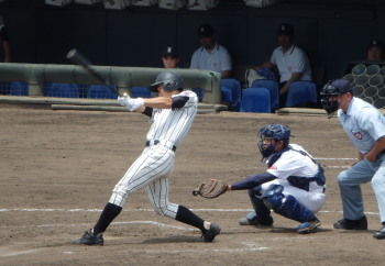 P51006354回裏九州学院 2死満塁から7番中原が中前打を放ち1点先制