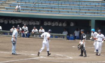 P51006416回表無死一、二塁から左越え3点逆転本塁打を放ち生環する4番安里