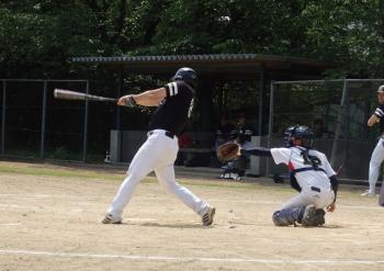 P5110023Big連チャンず3回表1死三塁から3番藤森が右中間2点本塁打をはなつ