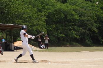 P51100674回裏右越え本塁打を放った村上監督(写真は1打席目のセンターフライ、このフライもでかかった)