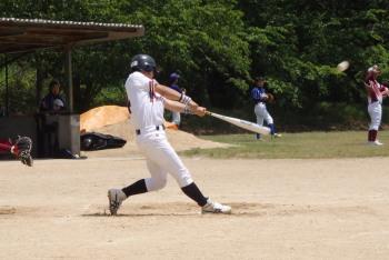 P51100854回表2死二塁から8番濱が右越え二塁打を放つ