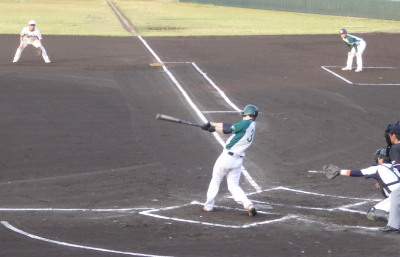 P5230184花園1回裏1死二塁から4番が左中間エンタイトル二塁打を放ち1点先制