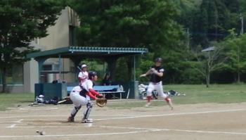 P52503381回裏2死一塁。一走の桂が4番小田の中越え二塁打でホームへ滑り込み1点先制