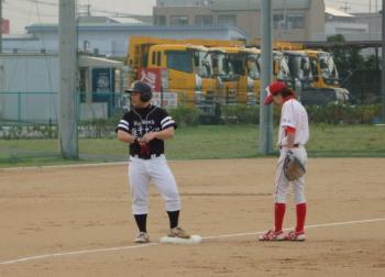 P5270421ややセンター寄りの超特大右中間三塁打を放った小田を三塁に置き