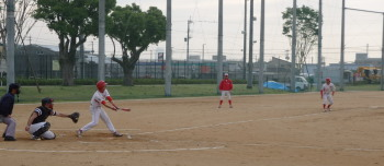 P5270456Big連チャンずピンチ 4回表奥羽興産1死二、三塁後7番は投ゴロ、三走が三本間挟殺、2死二塁から代打が中前打、逆転を覚悟したが二走が三塁を回ったところでつまづいたのとセンター中川から1シーズン1回あるかないかの絶好球が本塁へ送球されタッチア