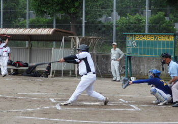 P60606781回表1死三塁。4番の2点三塁打に続き碁盤も左越え三塁打を放ち3対0とすると三塁側ベンチはシーンと凍りついたムード