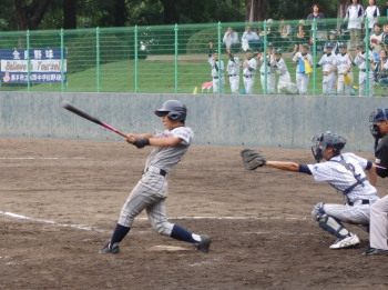 P7021282二岡中4回表2死一塁から5番が左前打を放ち一、三塁と先制のチャンス