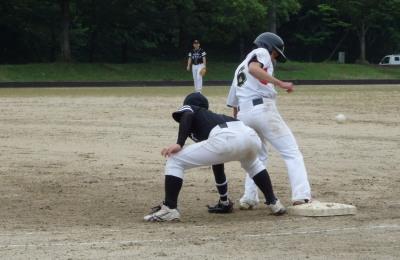 P7061351掲載したくなかったがボールがはっきり映っていたから原口には悪かったが掲載 3回表Le.visage死球で出塁した松下尚へ原口がけん制、すると写真のように捕ベルが悪送球となり松下は三塁まで進塁