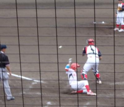 P82821324回裏H・プラン2死二塁から二走が三盗。捕が三塁へ悪送球、二走はそのまま生還1対2と1点差。