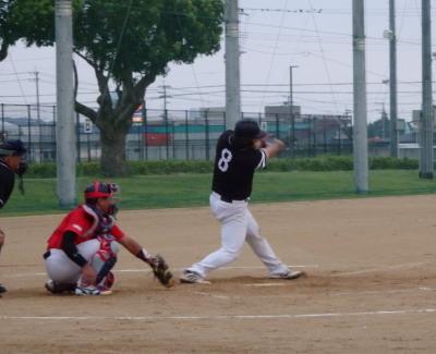 P8292224連チャンず3回裏2死二塁から3番藤森が同点となる左超え三塁打を放つ