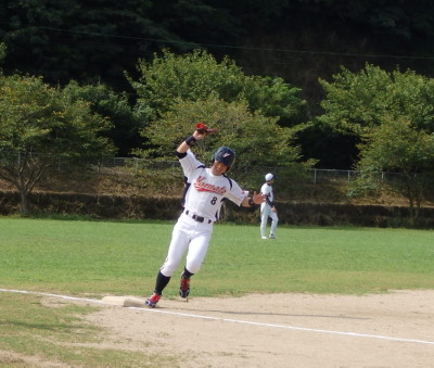 P83122441回表宅急便2番石原の右超え打で三塁を回る一走の有働