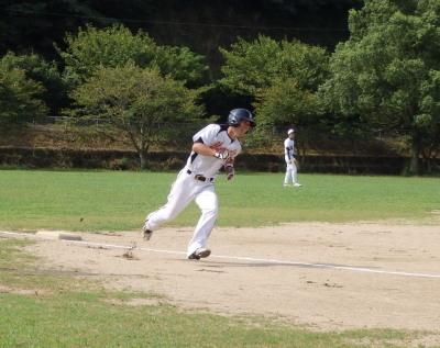 P8312245打った石原も三塁を回り楽々の2点先制本塁打となった