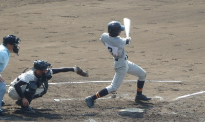 P91628472回表1死三塁から8番小島が右前打を放ち、2対3と1点差