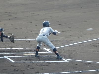 P91627931回表芦北無死一塁から2番松本が送りバントを決める