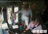 運転手を蹴る日本人女性140528