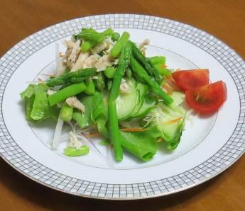 トマトとアスパラ入り野菜サラダ