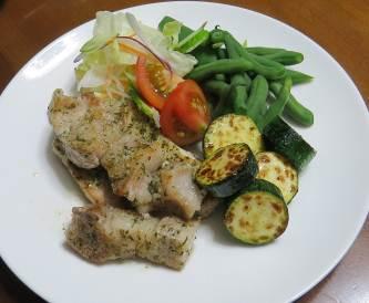 ズッキーニと肉と野菜サラダ