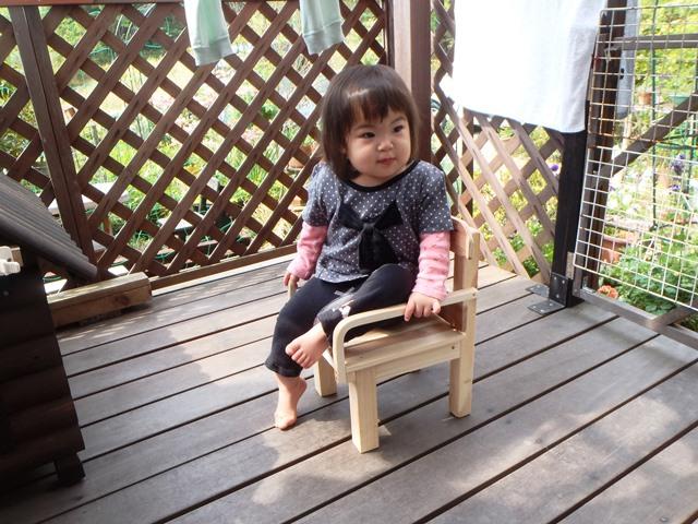 孫と手作り椅子2014503