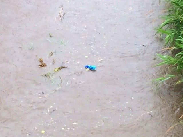 7ゴミが流れる川