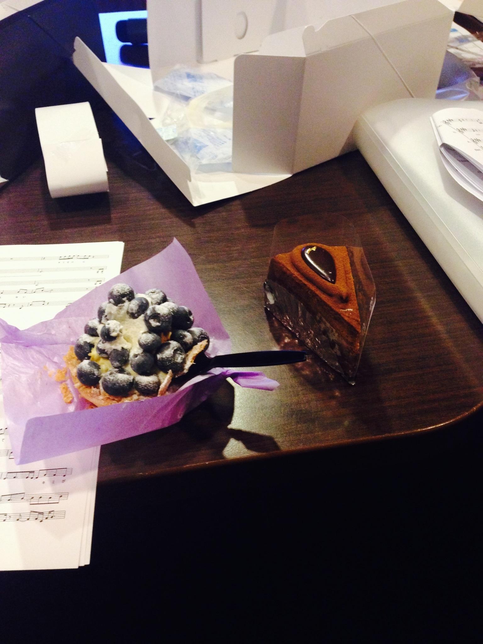 なぜかケーキ二つずつ。