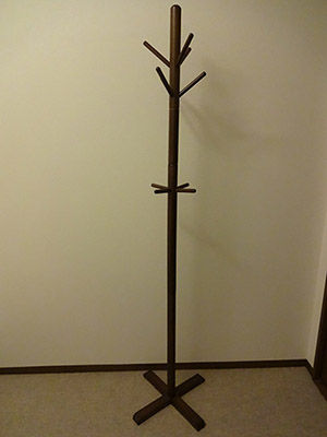 木のコートハンガーの画像
