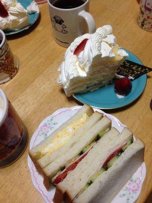 バースデーケーキと生徒さん特製サンドイッチ