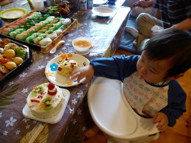 ケーキに手が伸び