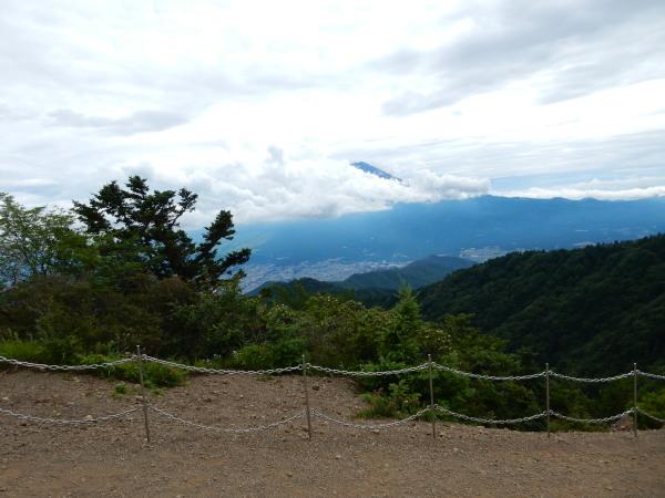 三つ峠山頂曇りの富士