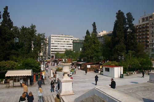 800px-Athens_-_Syntagma_square_-_Plaza_Sintagma_-_20060508_convert_20140405204127.jpg