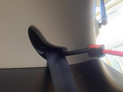 20140308_後部座席のシートベルトの穴(フック取り付け後)