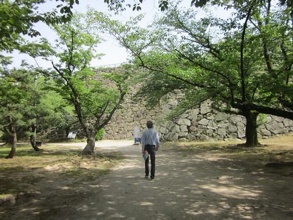 福岡城跡を歩くおじさん