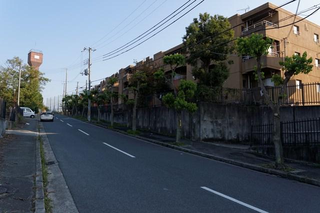 兵庫県営玉津今津鉄筋住宅の給水塔と坂道
