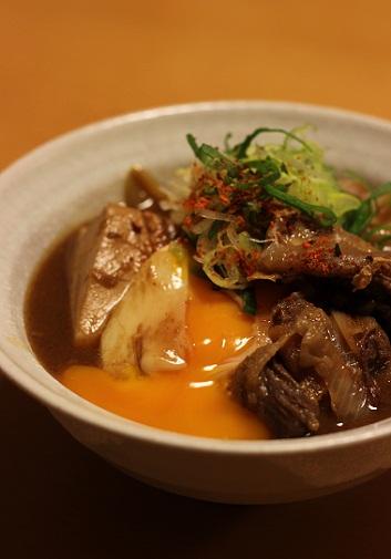 卵を落とした牛筋豆腐の味噌煮込み1