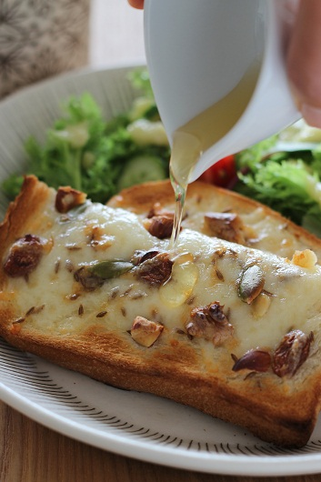 ナッツとクミンのチーズトースト1