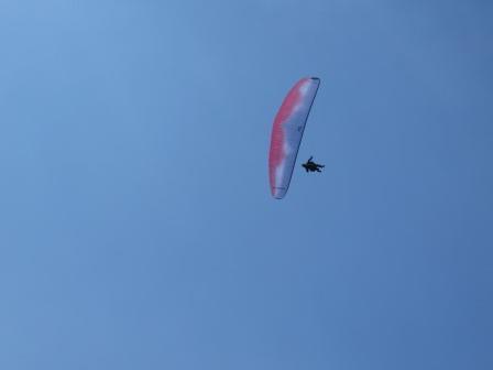 IMG_0483 頭上にパラグライダー