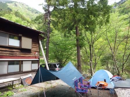 ②小屋脇にテント