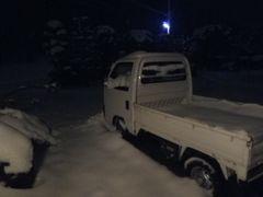 [写真]深夜2時半、自宅庭に停めている軽トラックに雪が積もっている様子