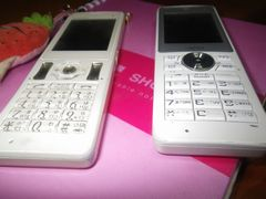 [写真]ポレポレ農園の携帯電話2台と予約用ノート