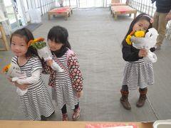 [写真]キンセンカの花摘みから帰ってきた妖精たち