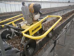 [写真]ブチ耕うん機 みのる君が、高設ベッドの上に設置したところ